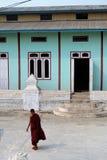Młody buddyzmu michaelita przed monasterem Zdjęcie Stock
