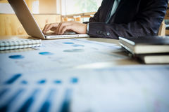 Młody business manager pracuje przy biurem z laptopem i financi Obraz Royalty Free