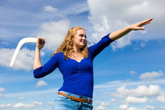 Młody caucasian kobiety miotania bumerang Fotografia Stock