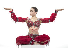 Młody contortionist, cyrkowy wykonawca w czerwonym kostiumu Fotografia Stock