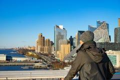 M?ody cz?owiek patrzeje od statku wycieczkowego Nowy Jork pejza? miejski Poj?cie szcz??liwy wakacje i podr??owa? Wiosna obrazy royalty free