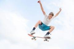 Młody deskorolkarz w skoku Fotografia Stock