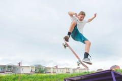 Młody deskorolkarz w skoku Zdjęcia Stock