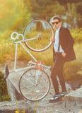 Młody elegancki facet z bicyklem outdoors Obraz Stock
