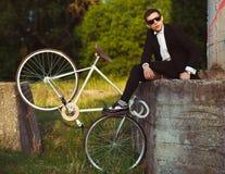 Młody elegancki facet z bicyklem outdoors Obraz Royalty Free