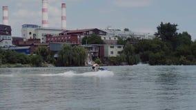 Młody facet jedzie hydrocycle na rzece zbiory