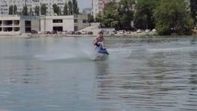 Młody facet jedzie hydrocycle na rzece zdjęcie wideo