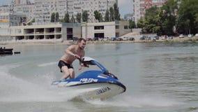 Młody facet jedzie hydrocycle na rzece zbiory wideo