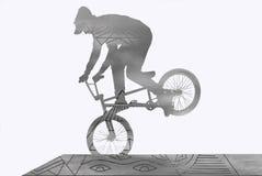 Młody facet na BMX trenuje na rampie Obraz Stock