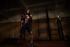 Młody faceta kickboxer szkolenie Fotografia Stock