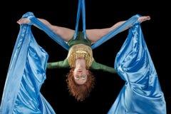 Młody gimnastyczki szkolenie na powietrznym jedwabiu Fotografia Stock