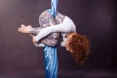 Młody gimnastyczki szkolenie na powietrznym jedwabiu Obraz Stock