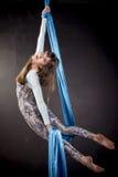 Młody gimnastyczki szkolenie na powietrznym jedwabiu Zdjęcie Stock
