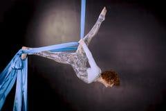Młody gimnastyczki szkolenie na powietrznym jedwabiu Zdjęcia Royalty Free