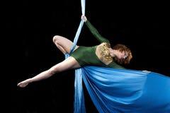 Młody gimnastyczki szkolenie na powietrznym jedwabiu Obrazy Royalty Free