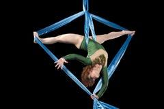 Młody gimnastyczki szkolenie na powietrznym jedwabiu Obrazy Stock