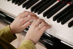 młody gracza na pianinie Obrazy Royalty Free
