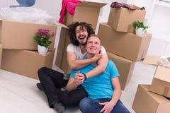 Młody homoseksualny pary chodzenie w nowym domu Fotografia Stock
