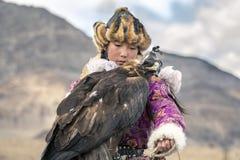 M?ody or?a huntress z jej nagrodzonym ptakiem zdjęcie stock