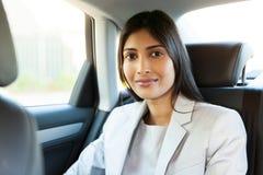 Młody indyjski kobieta samochód Zdjęcia Royalty Free