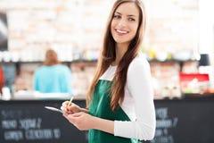Portret kelnerka w kawiarni Zdjęcia Stock