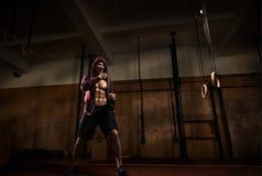 Młody kickboxer szkolenie Zdjęcia Royalty Free