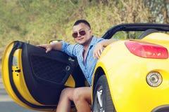 Młody kierowca. Otwiera dach cabrio samochód obraz royalty free