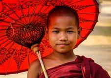 Młody michaelita z parasolem w Bagan, Myanmar Zdjęcie Royalty Free