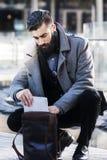 Młody modnisia biznesmen konsultuje jego laptop Obraz Royalty Free