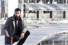 Młody modnisia biznesmen konsultuje jego laptop Obrazy Stock