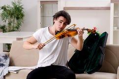 M?ody muzyka m??czyzna ?wiczy bawi? si? skrzypce w domu obrazy royalty free