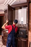 M?ody pracownik gromadzi? nowo?ytnego drewnianego kuchennego meble fotografia stock
