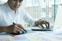 Młody projektant grafik komputerowych pracuje z komputerem i koloru swatch C Zdjęcia Stock