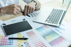 Młody projektant grafik komputerowych pracuje z komputerem i koloru swatch C Zdjęcie Stock
