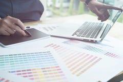 Młody projektant grafik komputerowych pracuje z komputerem i koloru swatch C Fotografia Stock