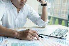 Młody projektant grafik komputerowych pracuje z komputerem i koloru swatch C Obrazy Stock