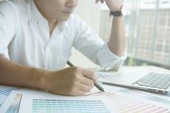 Młody projektant grafik komputerowych pracuje z komputerem i koloru swatch C Obraz Royalty Free
