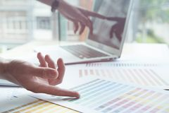 Młody projektant grafik komputerowych pracuje z komputerem, koloru swatch Crea Obraz Royalty Free