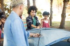 Młody przyjaciela utworzenia namiot Fotografia Royalty Free