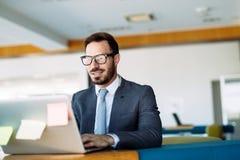 Młody przystojny architekt pracuje na laptopie w biurze Obrazy Stock