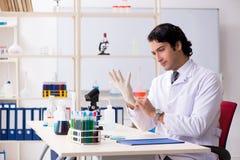 M?ody przystojny chemik pracuje w lab obrazy royalty free