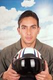 Młody przystojny samiec pilot z niebem na Obraz Stock