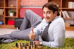 M?ody przystojny szef bawi? si? szachy podczas przerwy obrazy royalty free