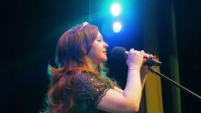 M?ody rudzielec kobiety piosenkarza ?piew na scenie przy mikrofonem w chuchu dym zbiory