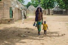 Młody Senegalski kobiety odprowadzenie z jej dzieckiem Obraz Stock