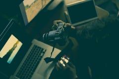 m?ody m?ski fotografa edytorstwo zrobi? fotografii studiu w domu na losie angeles obrazy stock