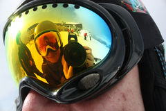 Młody snowboard kobiety odbicie w snowboard masce Obrazy Royalty Free