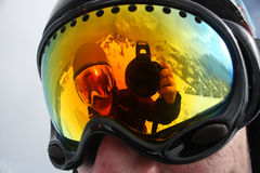 Młody snowboard kobiety odbicie w snowboard masce Zdjęcie Royalty Free