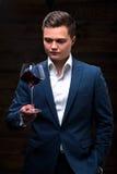 Młody sommelier patrzeje czerwone wino Obrazy Stock