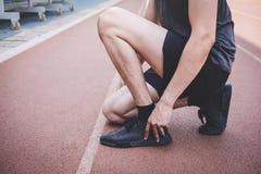 M?ody sprawno?ci fizycznej atlety m??czyzny bieg na droga ?ladzie, ?wiczenie treningu wellness i biegaczu wi??e shoelaces z kopii obrazy stock